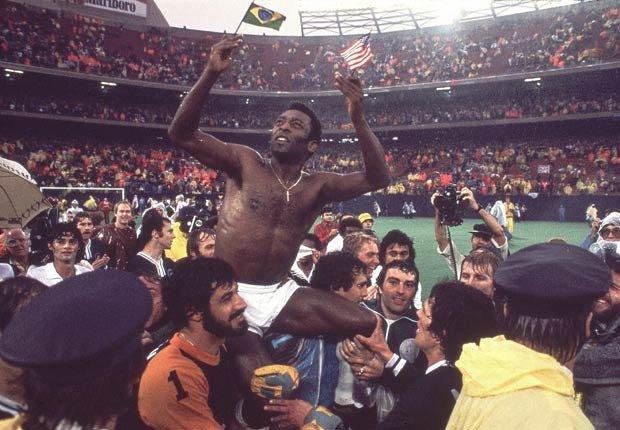 Pele celebra en 1977 la victoria con el New York Cosmos.