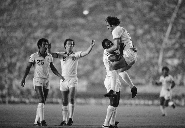 Pelé, Chinaglia, Beckenbauer y Carlos Alberto celebran una victoria del New York Cosmos en Japón, 1977.
