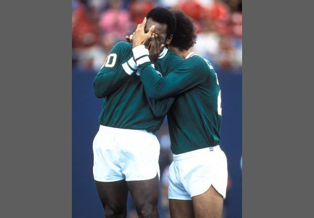 Pelé y Carlos Alberto durante un partido con el New York Cosmos en 1977.