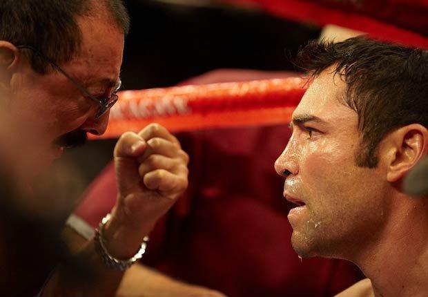 Oscar de la Hoya, recibiendo instrucciones en su pelea con Manny Pacquiao.