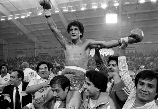 Salvador Sánchez, celebrando su victoria sobre el boricua Wilfredo Gómez.