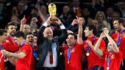 Vicente del Bosque, seleccionador de España, levanta el trofeo entre sus compañeros de equipo después de ganar la Copa Mundial de la FIFA 2010.