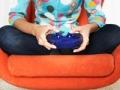 Mujer jugando con un juego de video, juegos de video pueden ser buenos para la salud