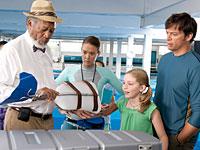 Escena de la película Dolphin Tale con Nathan Gamble, Morgan Freeman, Austin Highsmith, Cozi Zuehlsdorff y Harry Connick Jr.