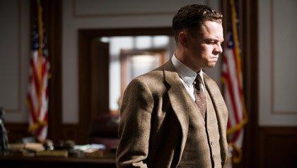 Leonardo DiCaprio interpretando a J. Edgard Hoover en la película J.Edgar, de Warner Bros. Pictures