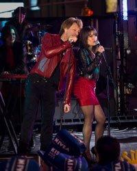 Jon Bon Jovi como Jensen y Lea Michele como Elise en la comedia romántica: