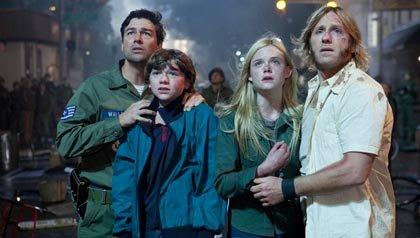 Actores de la película Super 8 - De derecha a izquierda: Kyle Chandler, Joel Courtney, Elle Fanning, Ron Eldard en la película 'Super 8'