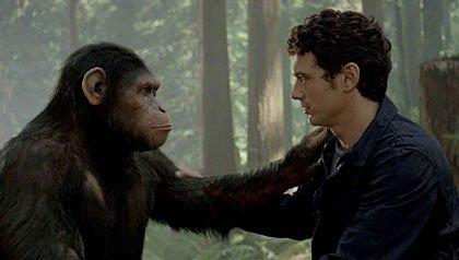 Película: La rebelión del planeta de los simios. Will Rodman y su mono, César, se abrazan después de la revolución