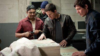 Mark Walhberg (centro) en la película: 'Contraband'