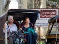 Judi Dench y Celia Imrie en una escena de The Best Exotic Marigold Hotel.