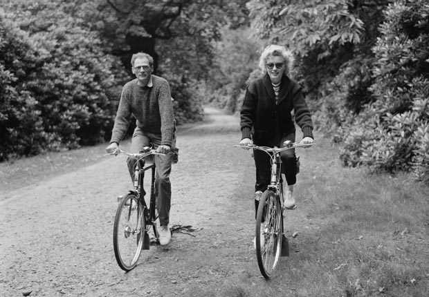Marilyn Monroe con Arthur Miller montando en bicicleta