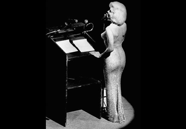 Marilyn Monroe canta feliz cumpleaños al presidente John F. Kennedy en el Madison Square Garden.