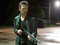 Reseña de la película Killing Them Softly con Brad Pitt - El actor Brad Pitt sosteniendo una escopeta