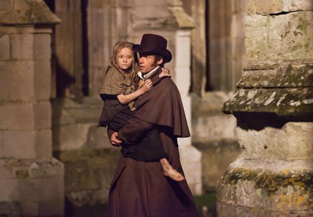 Isabelle Allen y Hugh Jackman en la película Les Misérables - Las 10 mejores películas del 2012