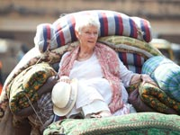 Judi Dench en la película The Best Exotic Marigold Hotel - Premios 2013 de AARP Movies for Grownups.