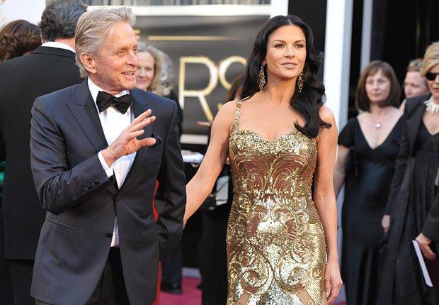 Actores Michael Douglas y su esposa Catherine Zeta-Jones  - Alfombra roja Oscar 2013.
