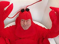 Sir Patrick Stewart se sienta en una bañera vestido con su traje de langosta en Halloween en 2013.
