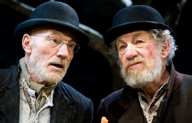 Sir Patrick Stewart, como Vladimir, y Ian McKellen, como Estagon, en la película Waiting For Godot.