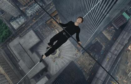 Joseph Gordon-Levitt como el trapecista Philippe Petit  en una escena de la película The Walk