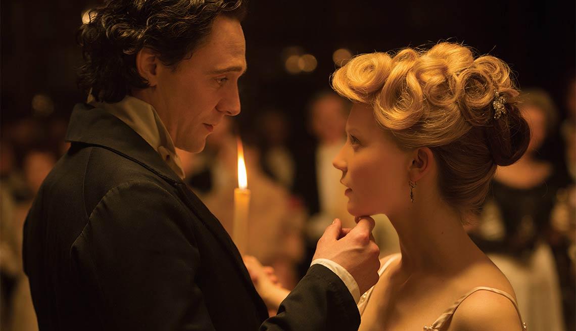 Tom Hiddleston y Mia Wasikowska en una escena de la película Crimson Peak