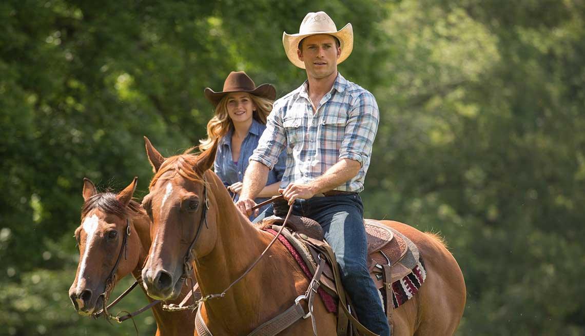 Britt Robertson y Scott Eastwood en una escena de la película The Longest Ride