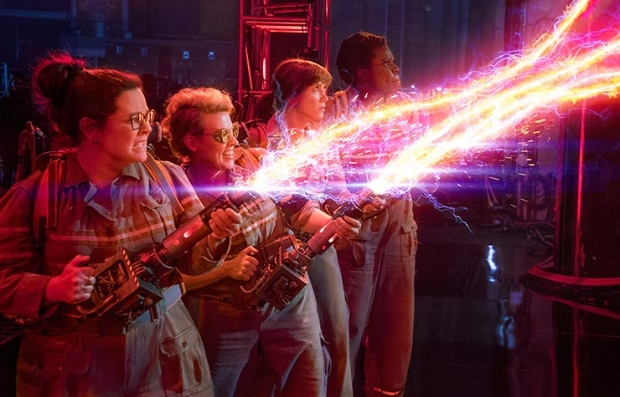 Melissa McCarthy, Kate McKinnon, Kristen Wiig y Leslie Jones en una escena de la película Ghostbusters, Las cazafantasmas