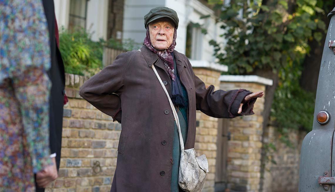 La actriz Maggie Smith en una escena de la película The Lady in the Van