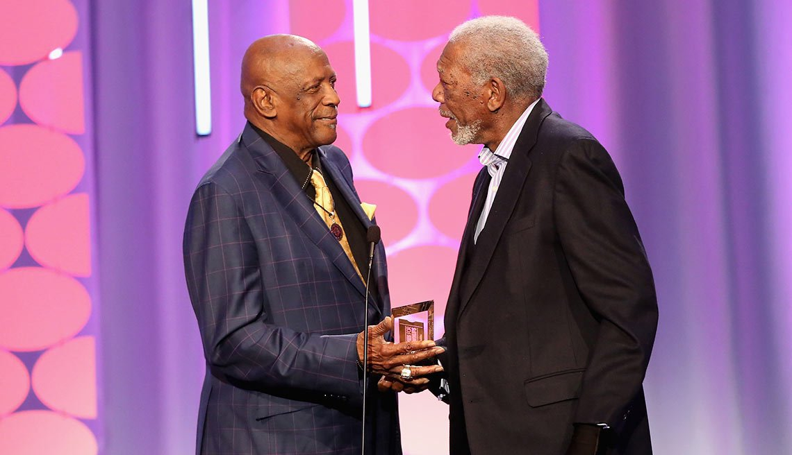 Morgan Freeman y Lou Gossett Jr. en la entrega de premios Movies for Grownups de AARP. 8 de febrero de 2016