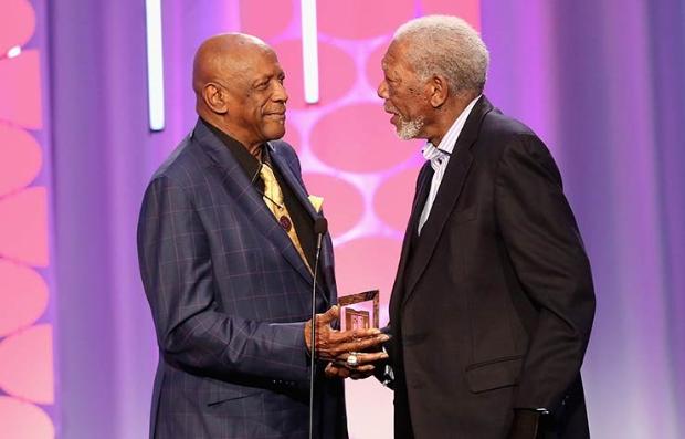 Morgan Freeman y Lou Gossett Jr. en la entrega de premios Movies for Grownups de AARP. 8 de febrero de 2016
