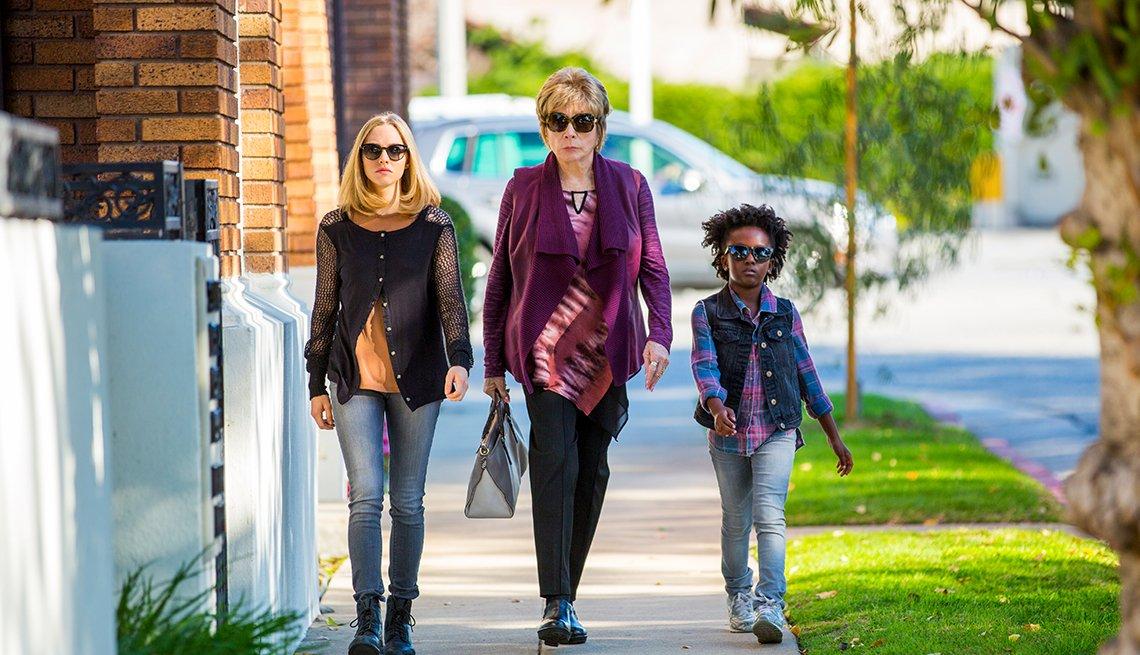 Escena de The Last Word con Amanda Seyfried, Shirley MacLaine y AnnJewel Lee.