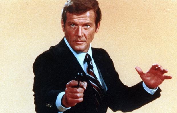 Roger Moore como James Bond en