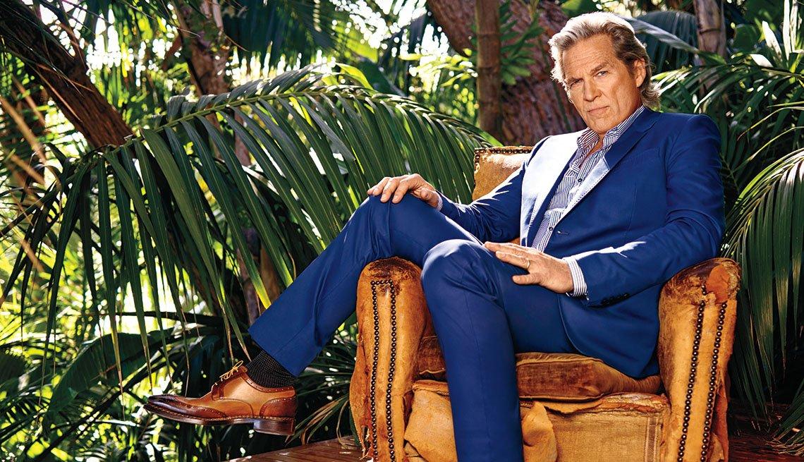 Retrato del actor de Hollywood Jeff Bridges en un traje de color azul