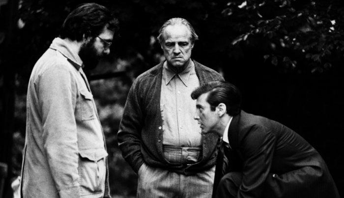 """المخرج فرانسيس فورد كوبولا مع الممثلين آل باتشينو ومارلون براندو في مجموعة من فيلم """"العراب""""."""