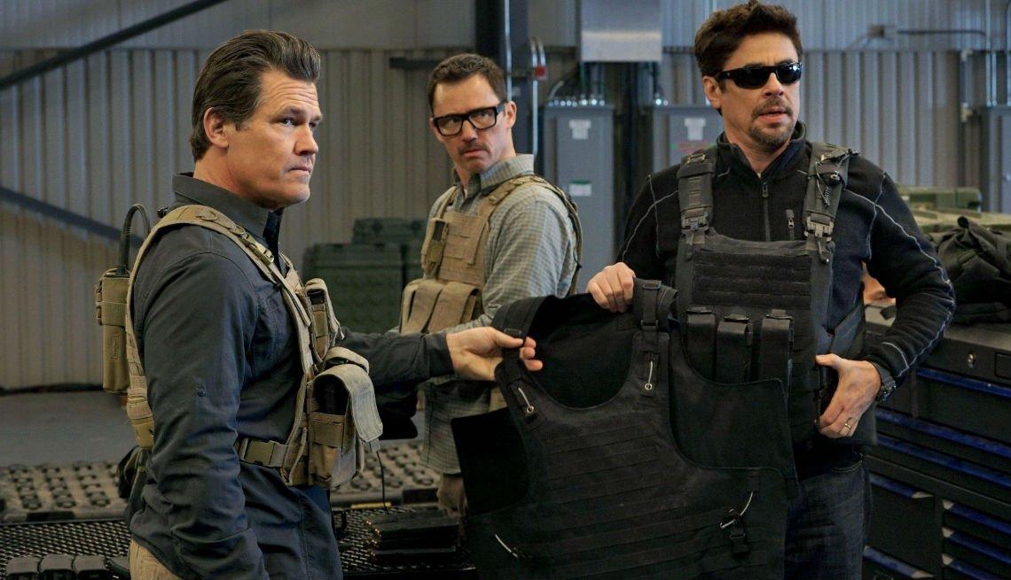 Josh Brolin, Jeffrey Donovan, Benicio Del Toro en una escena de Sicario.