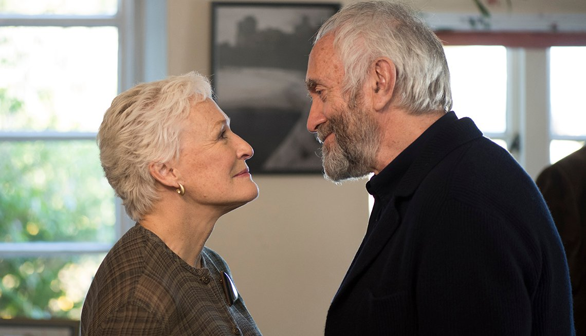 Glenn Close looking at Jonathan Pryce in