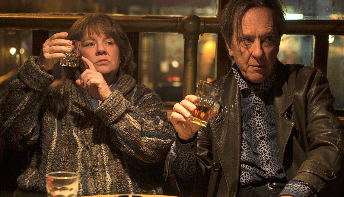 item 5 of Gallery image - Melissa McCarthy y Richard E. Grant en una escena de Can You Ever Forgive Me?