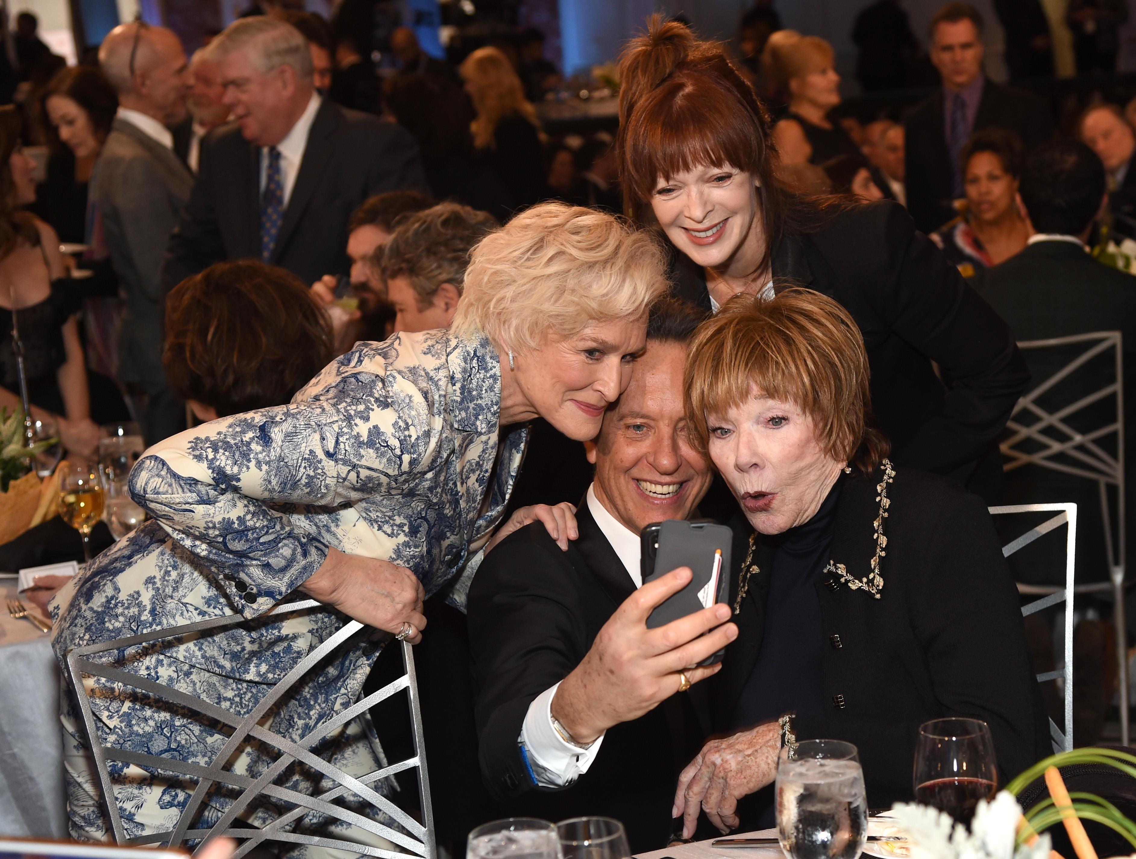 Glenn Close, Richard E. Grant, Frances Fisher, and Shirley MacLaine