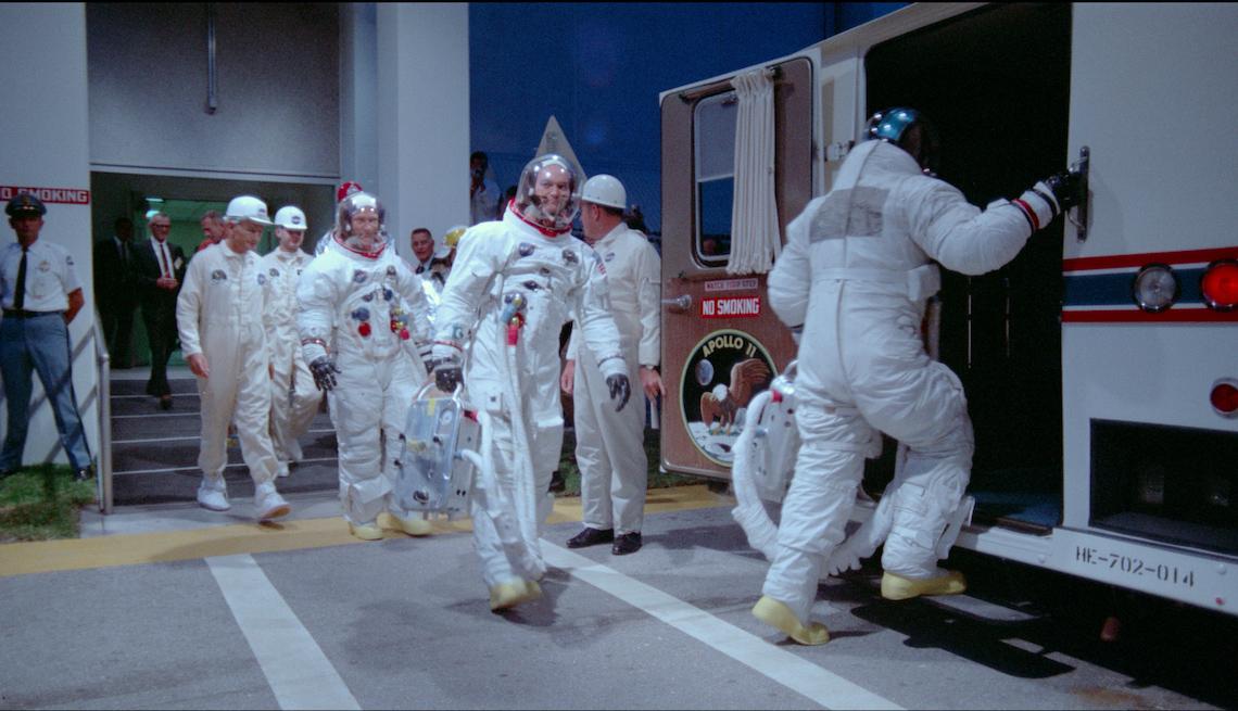 Astronautas abordando un transporte en una escena de Apollo 11.