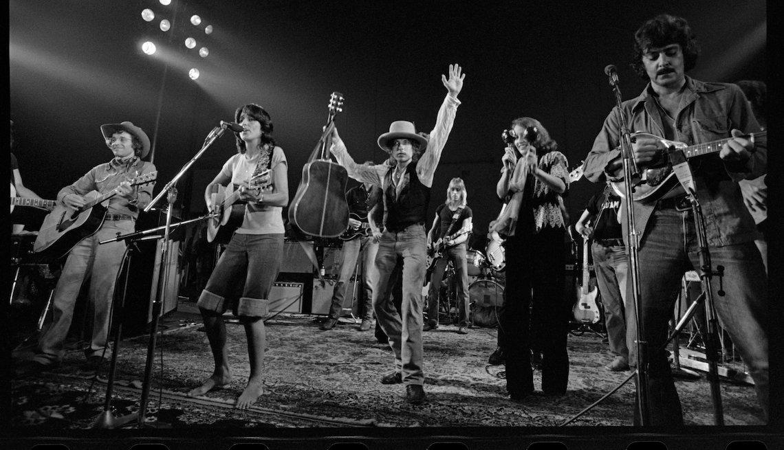 Joan Baez, Bob Dylan in 'Rolling Thunder Revue'