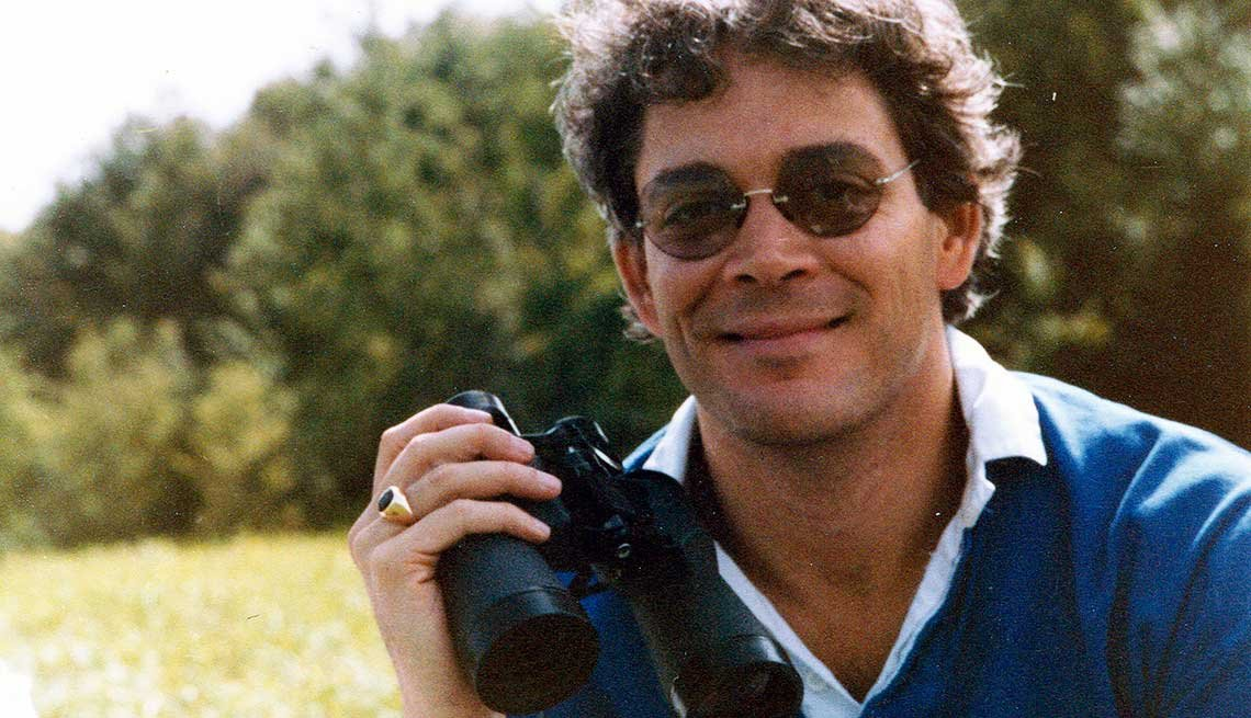 Raúl Julia con una cámara de video en la mano.