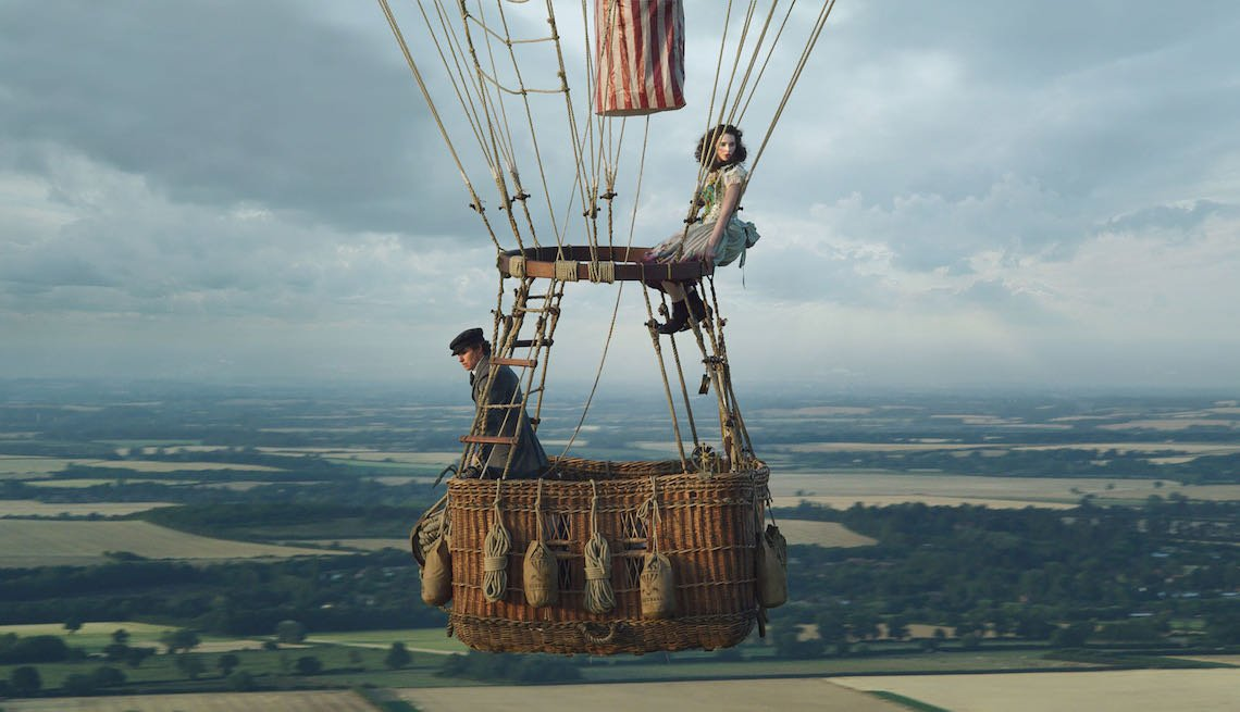 Eddie Redmayne and Felicity Jones in THE AERONAUTS.