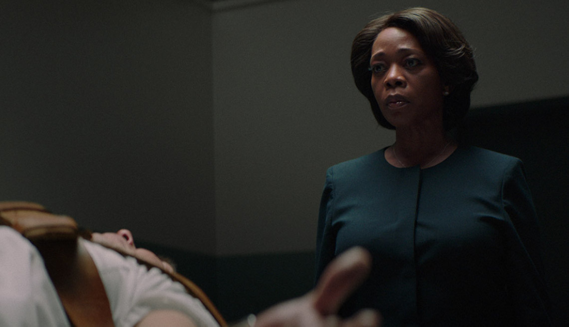 item 11 of Gallery image - Alfre Woodard y Alex Castillo en una escena de Clemency.