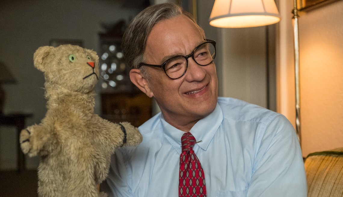 Tom Hanks stars como Mister Rogers en A BEAUTIFUL DAY IN THE NEIGHBORHOOD.