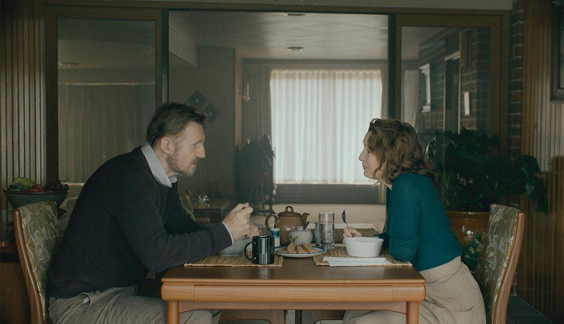 Liam Neeson y Lesley Manville en una escena de la película Ordinary Love.