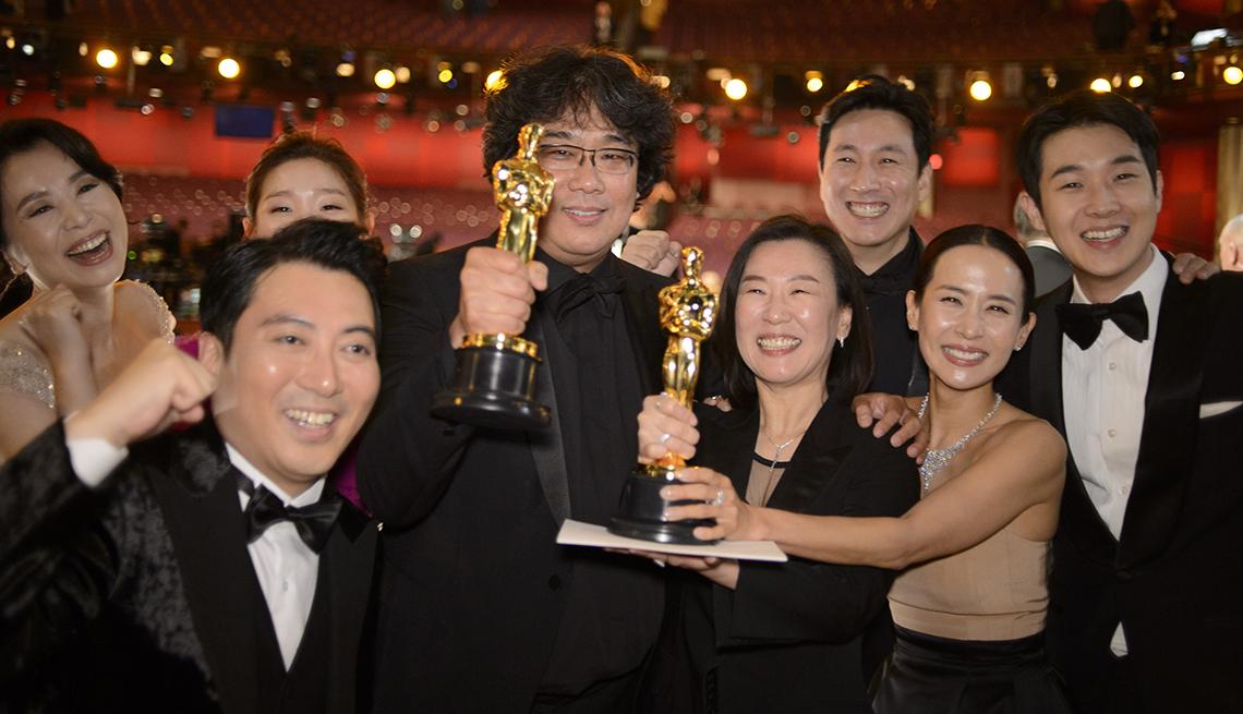 Elenco y equipo de producción de Parásitos, ganadora de la mejor película en los Óscar 2020.