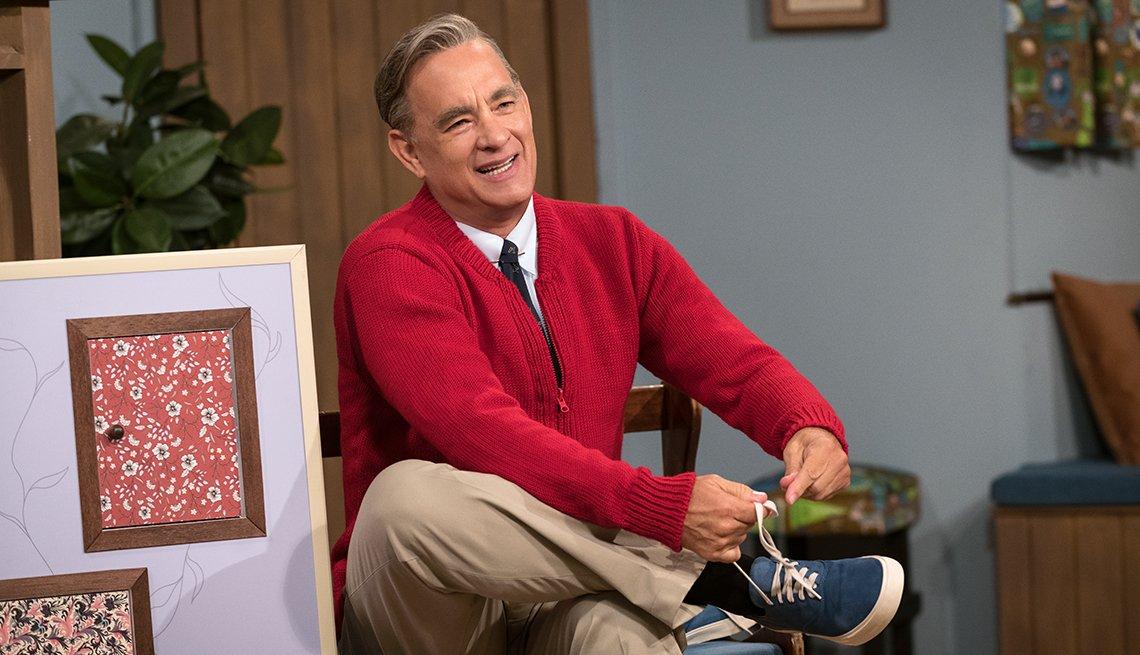 Tom Hanks como Mister Rogers en A Beautiful Day in the Neighborhood.