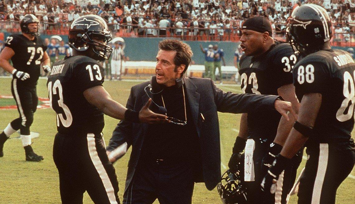 Al Pacino como Jamie Foxx y L L Cool J en una escena de Any Given Sunday.