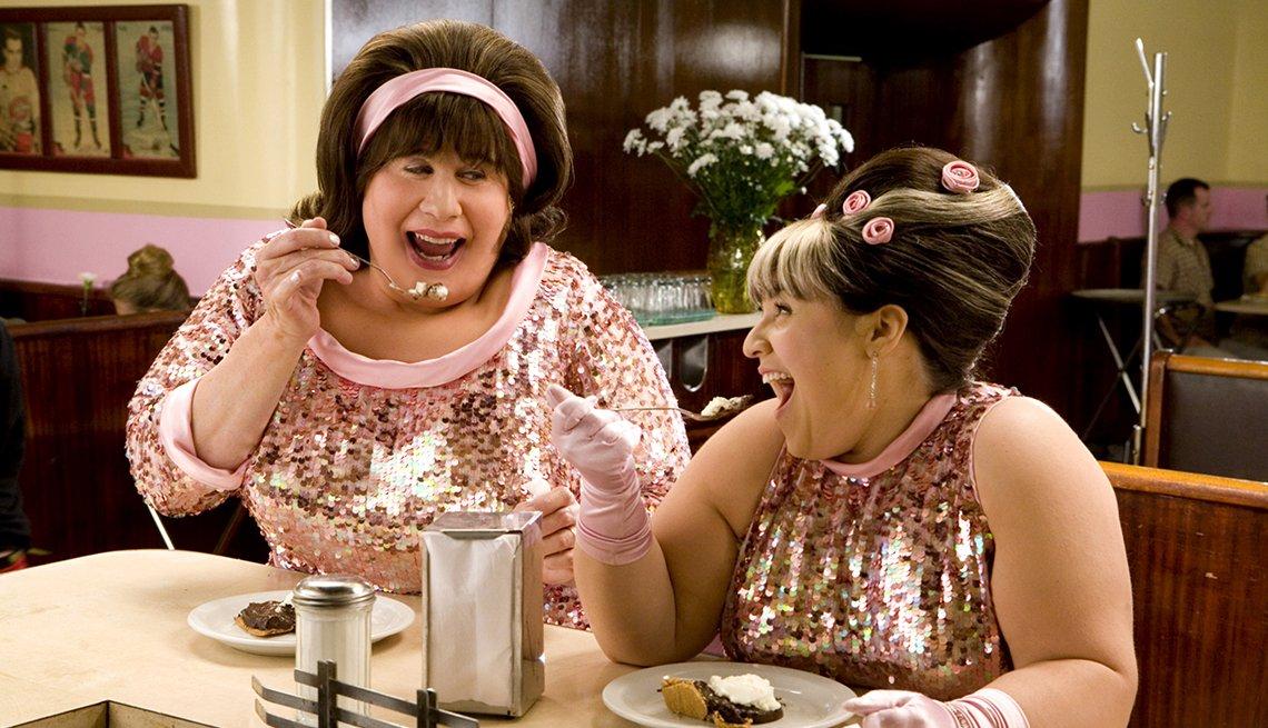 John Travolta y Nikki Blonsky en una escena de la película Hairspray