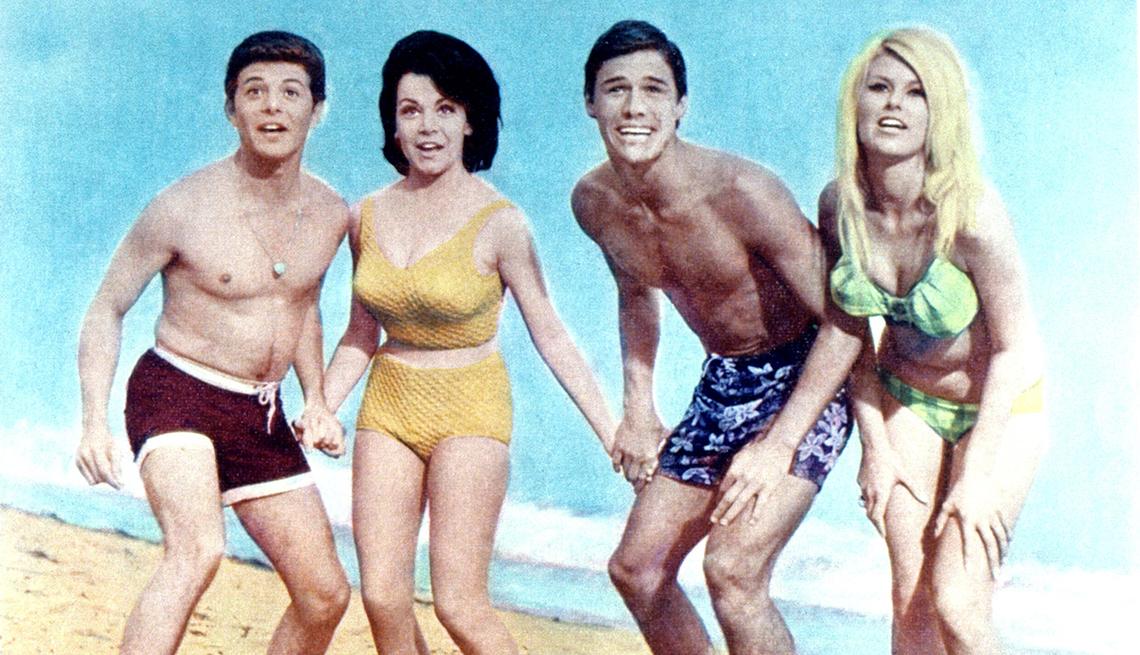 Frankie Avalon, Annette Funicello y Mike Nader en una escena de Beach Blanket Bingo