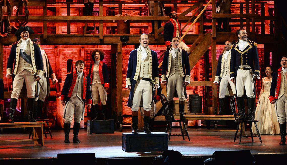 Lin-Manuel Miranda y otros actores en el musical Hamilton